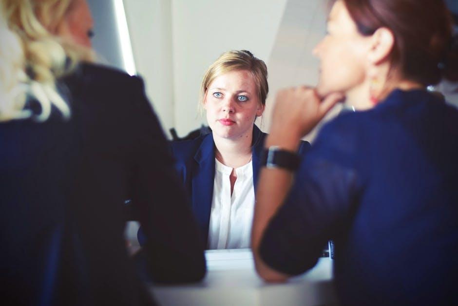 Zekerheid-uitstralen-tijdens-een-belangrijk-gesprek